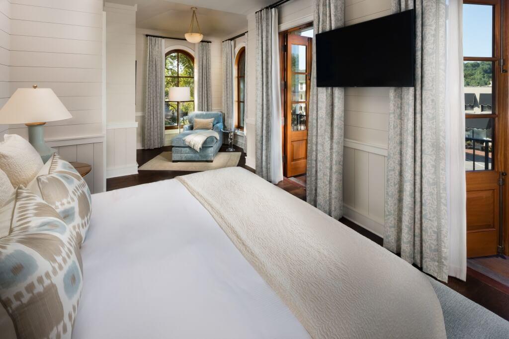 Satulah Suites bed street